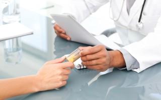Врач передает пациенту таблетки