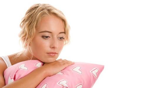 Девушка и подушка