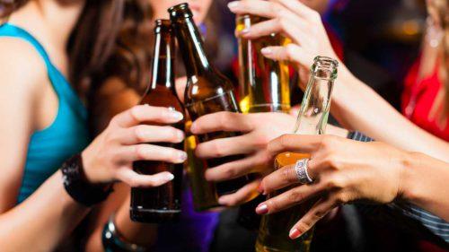 Женщины пьют алкоголь