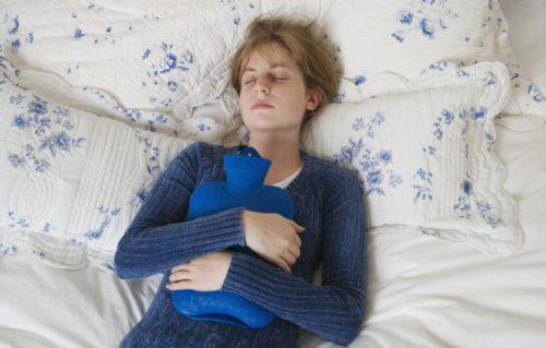 Почему болит живот при месячних, как облегчить менструальние боли