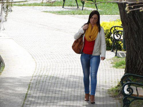Женщина гуляет