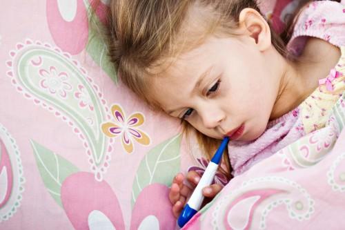 Ребенок измеряет температуру