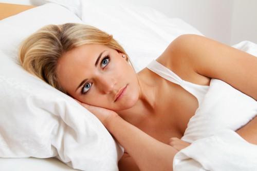 Женщина лежит в кровати