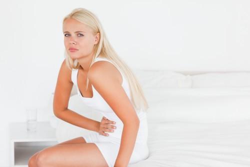 Женщина с болью в области живота