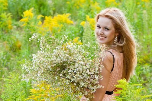 Девушка и травы