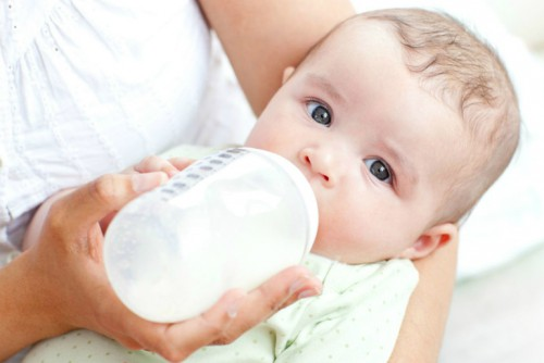Ребенок пьет молоко
