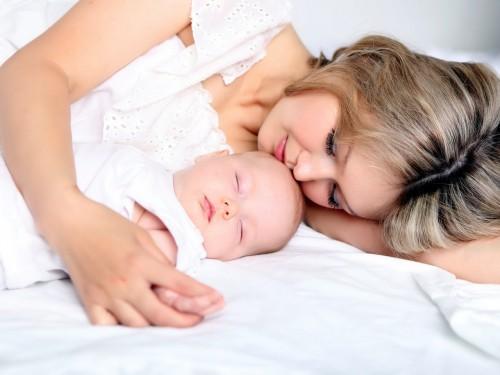 Женщина с ребенком спит