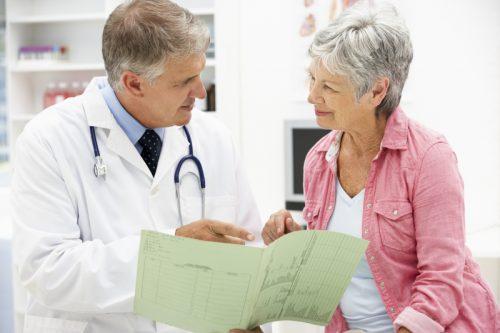 Женщина при климаксе и доктор
