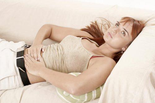 Женщина лежит на диване