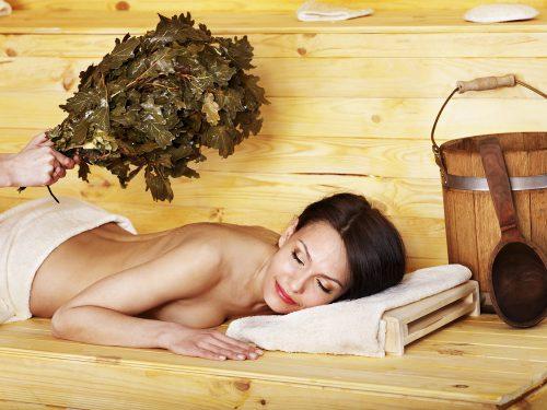 Женщина в бане с веником